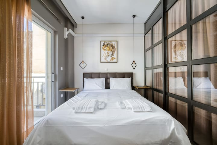 Queen size beds with crisp white bed linens.