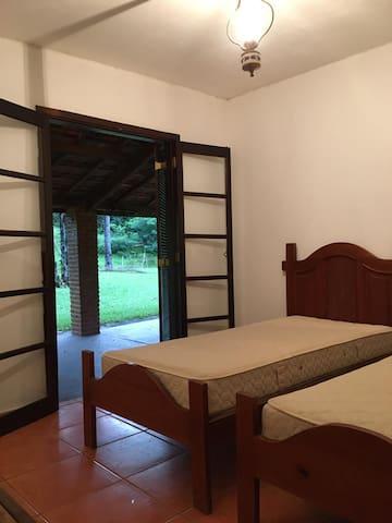 Quarto Suíte com 2 camas de solteiro e 1 banheiro
