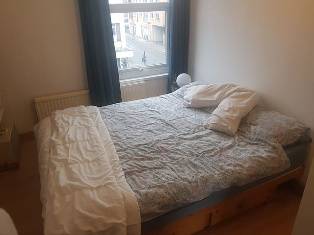 King size bed in heart of Mitcham