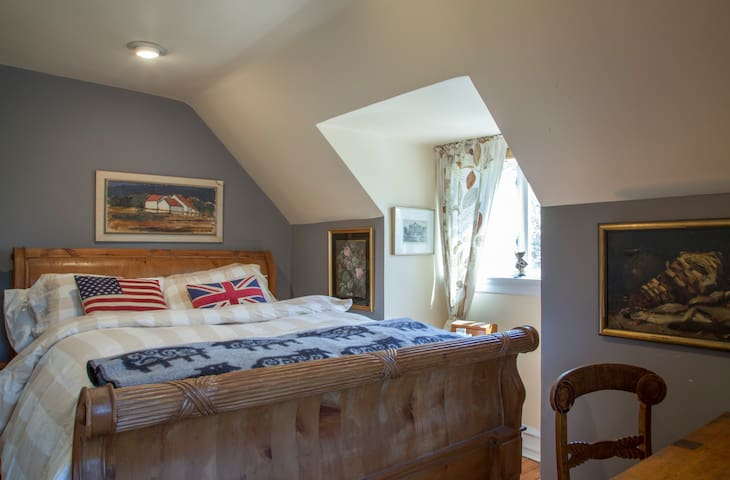 Quaint 3rd Floor Bedroom - Ardmore