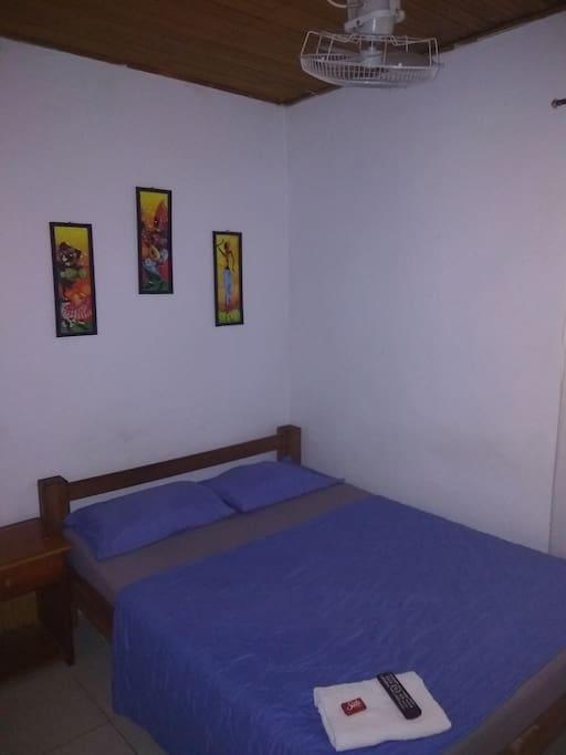 Habitación 2 con ventilador, cama doble, baño privado y tv plana con señal de cable.