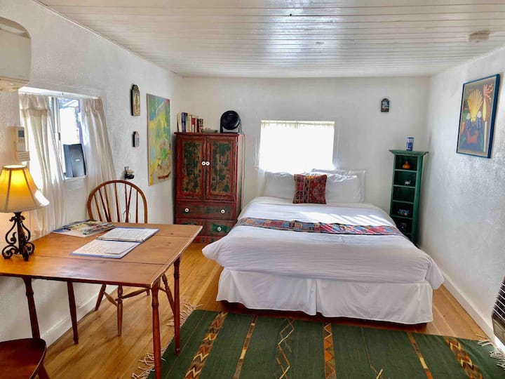 O'Keefe Eco Cabin close to Ski Areas, Taos, dog ok