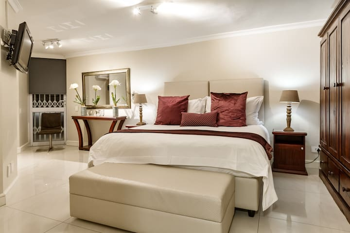 The 5th bedroom is a flatlet with an ensuite bathroom and kitchenette area . This room can be configured with either a king bed or 2 single beds.