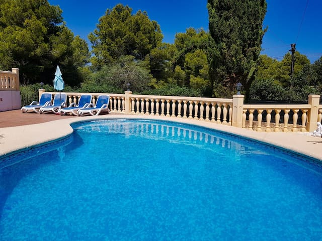Villa with private pool + aircon. 3 mins to beach.