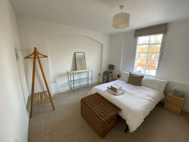 Trendy 1 Bed Flat in Renovated Period Building