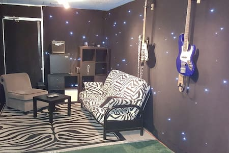 Music Studio in Burbank, Not quiet!, 1 bed, 1 bath - เบอร์แบงก์
