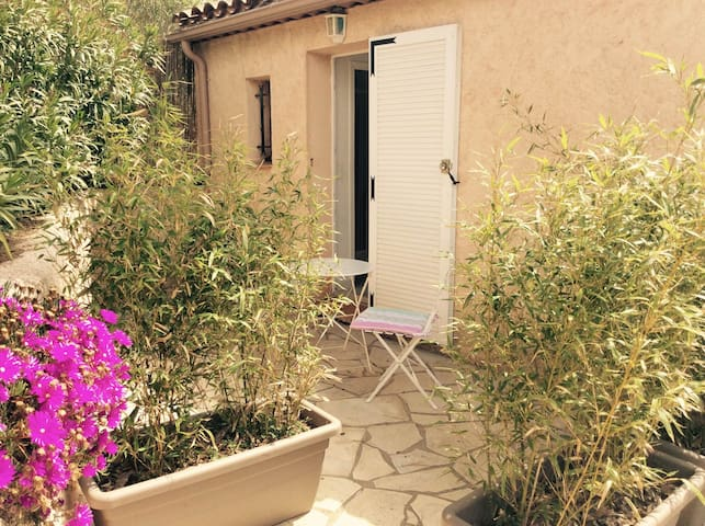 Cosy and quiet 25m2 studio - Sainte-Maxime - Casa de camp