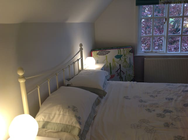 Bright double room in family home - Hale - House