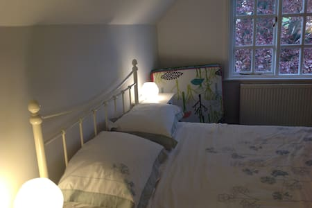Bright double room in family home - Hale