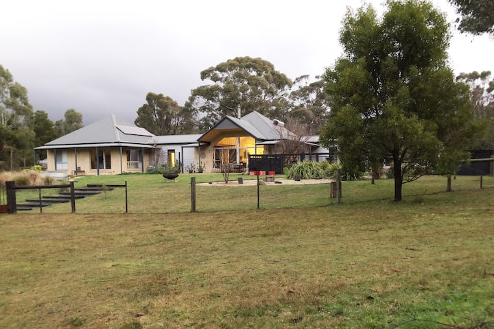Woodend getaway with stunning view of Mt Macedon