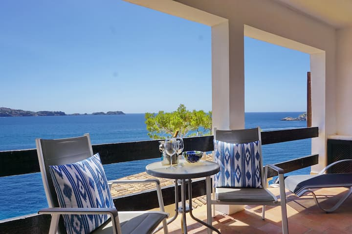 Flat in a dream location with pool & sea access!