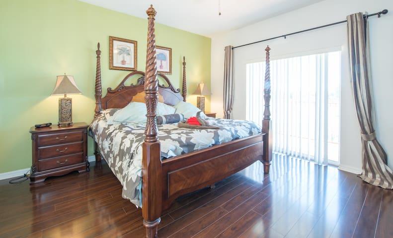 DisneyWorld 1 Miles Luxury LakeView - Kissimmee - Condominium