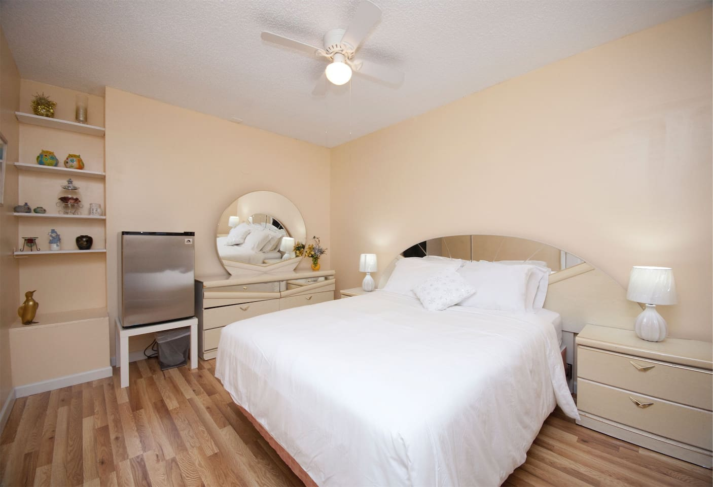 Freedom A - Queen size bedroom, with independent entrance, mirror dresser and bed, refrigerator etc...