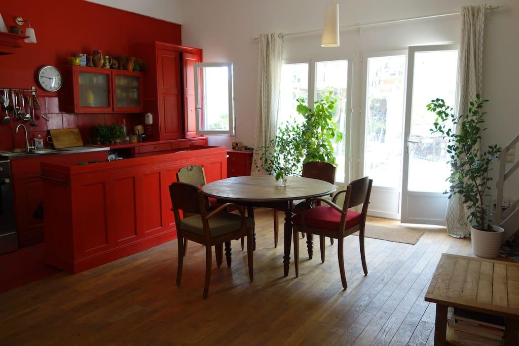 La cuisine est entièrement équipée et ouverte sur le salon.