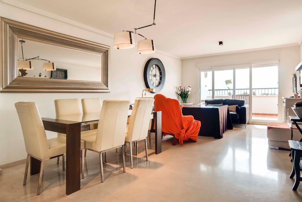 Magnífico salón con chimenea y muebles modernos y confortables