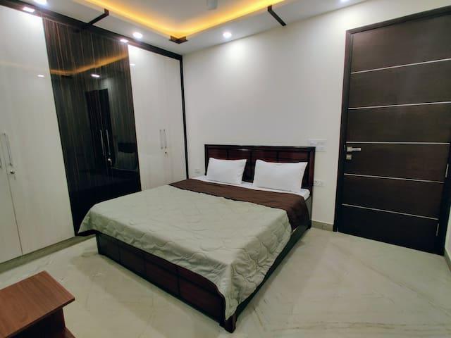 Premium Private Studio Apt w/ WiFi,Lift & King Bed