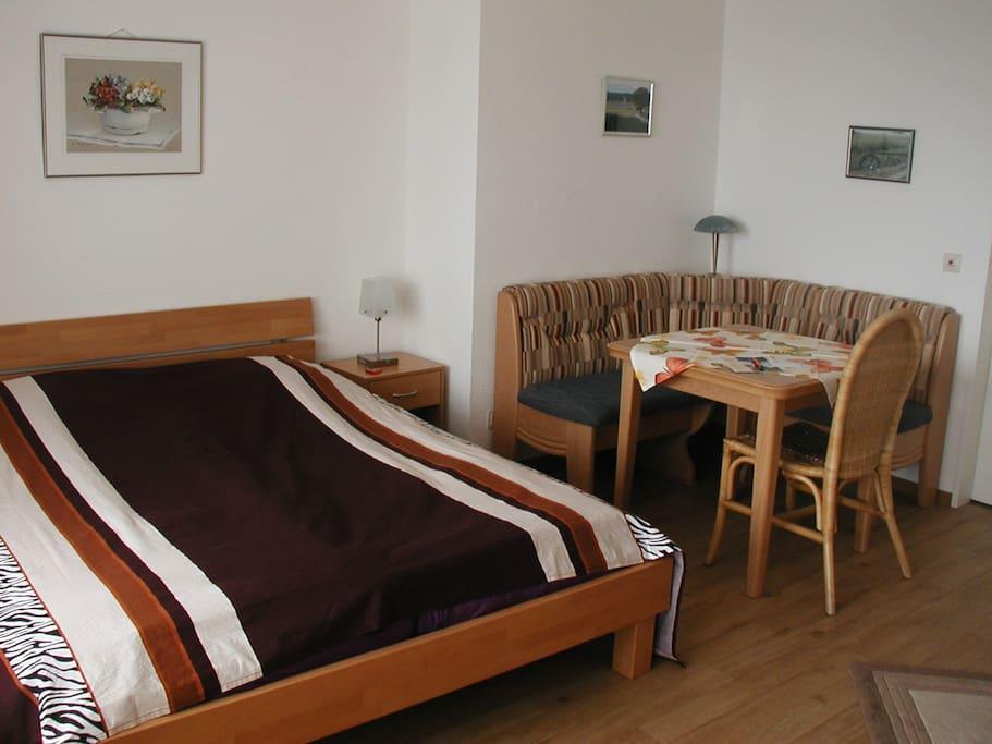 Doppelbett und Essecke