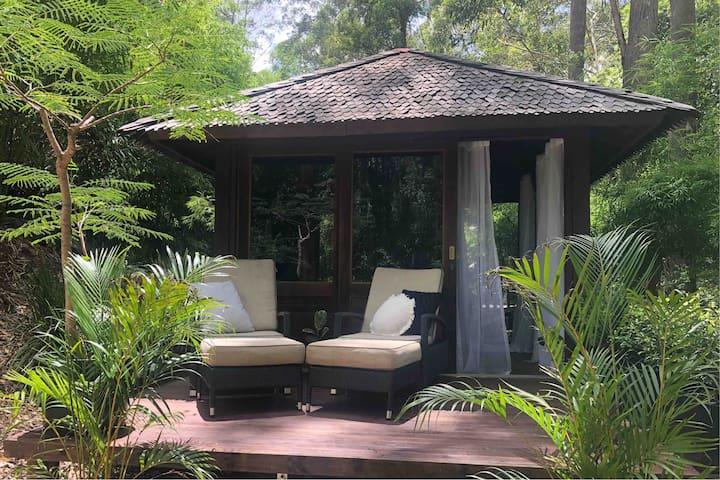 """Earthly"" Retreat. Peaceful Noosa Treetop Hideaway"