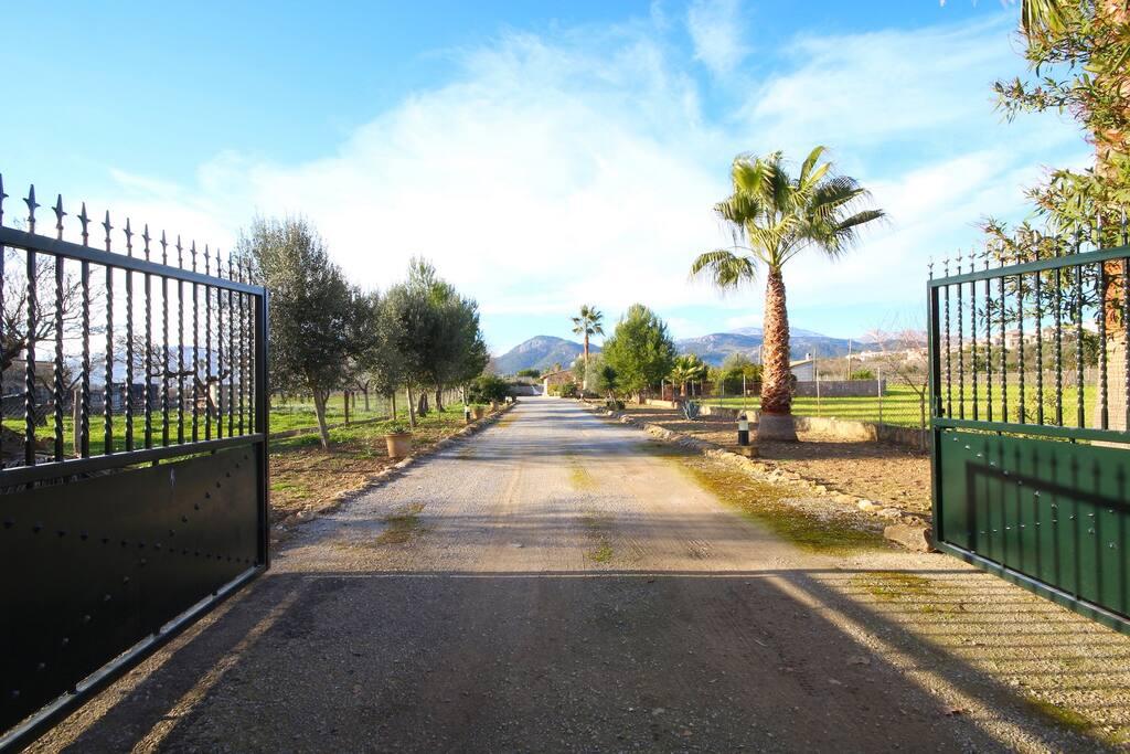 Entrada principal al terreno de la casa