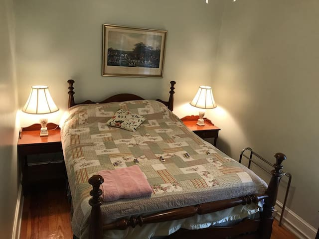 Quaint and charming bedroom, central and quiet!