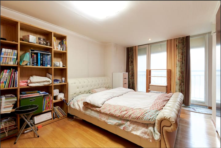 Another room in the same house available at https://www.airbnb.co.kr/rooms/21070635