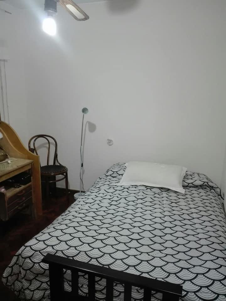 Calida habitacion en casa tranquila, hermosa zona!