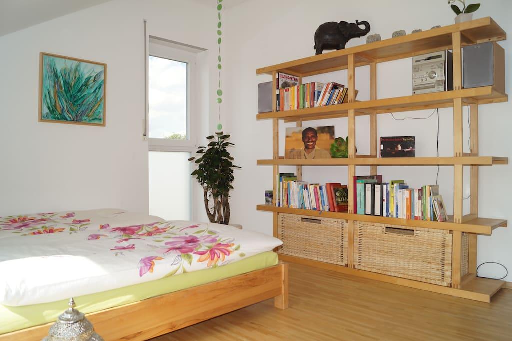 Raum 1 Bücherregal