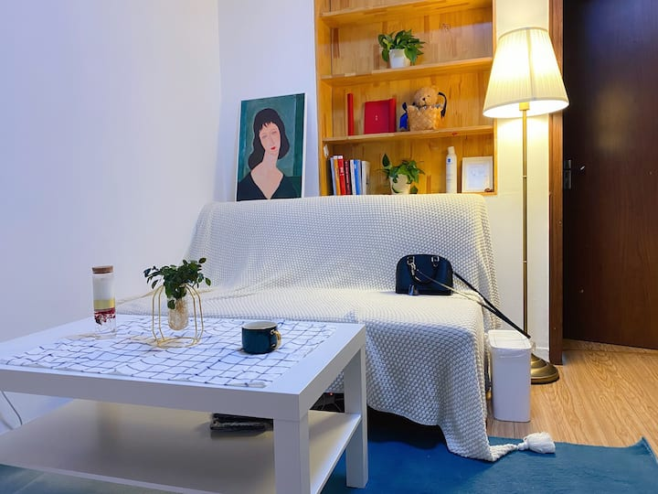 Bright Double bed right next to metro line 10/13