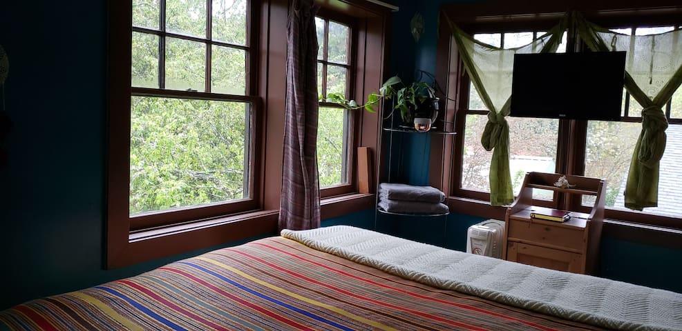 #1 Unique Bedroom in Vintage, UO Campus House