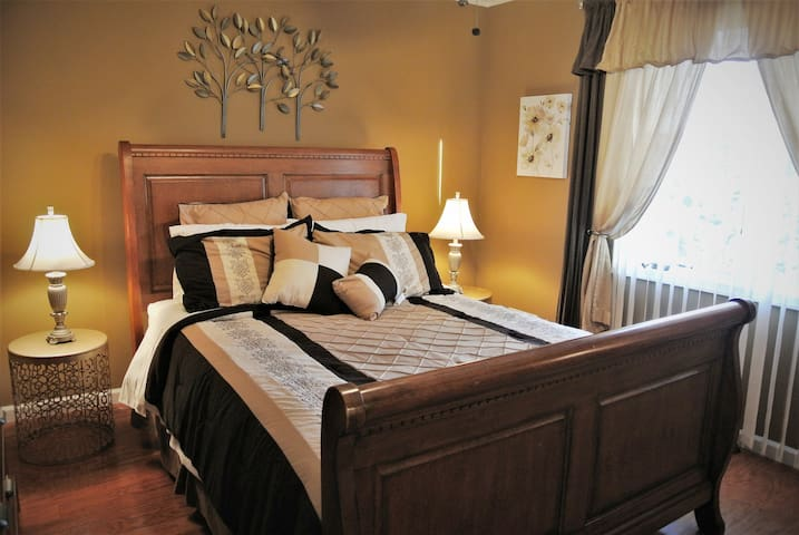 Beautifully decorated bright room. Comfortable queen size bed.