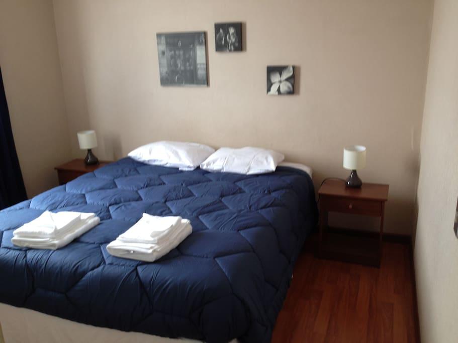Habitación matrimonial cómoda con un amplio clóset para tu ropa y equipaje.
