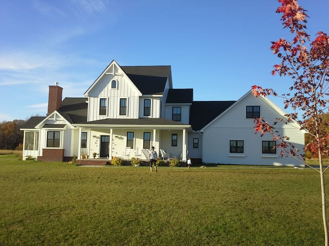 Modern Farmhouse on 30 acres - Foley - Huis