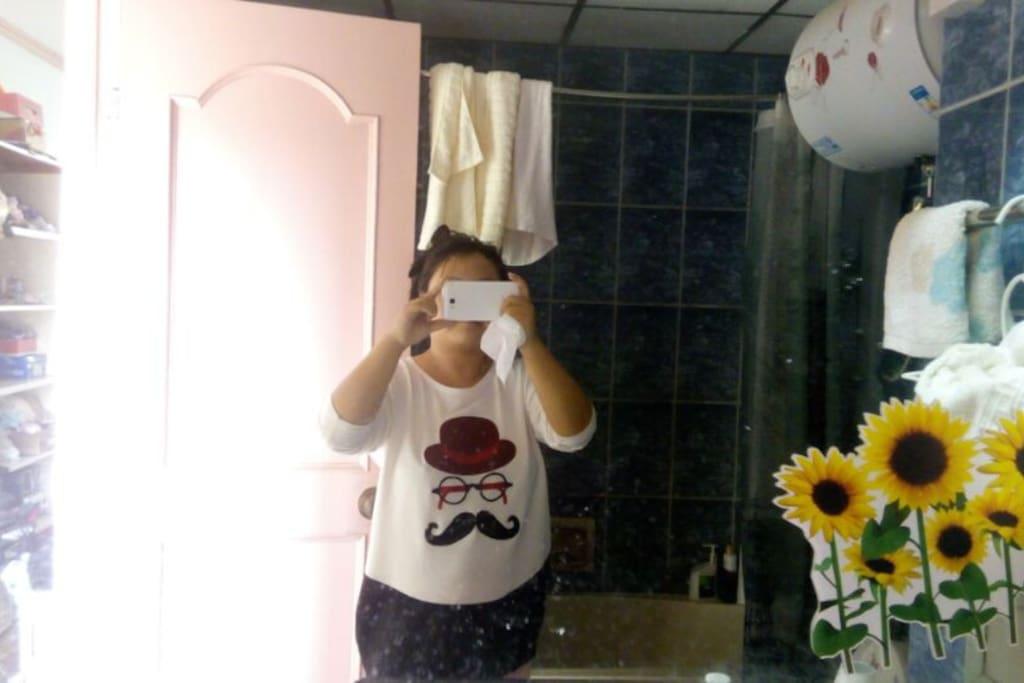 独立卫生间,镜子里是我小胖的吃货一枚,也许不止小胖黑呵呵!!!