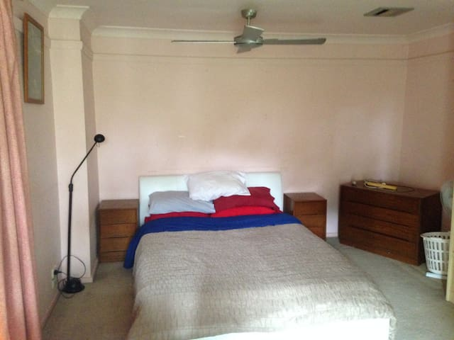 Balcony bedroom, pet friendly - Willoughby