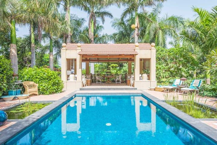 Villa y espectacular jardin junto al mar, piscina