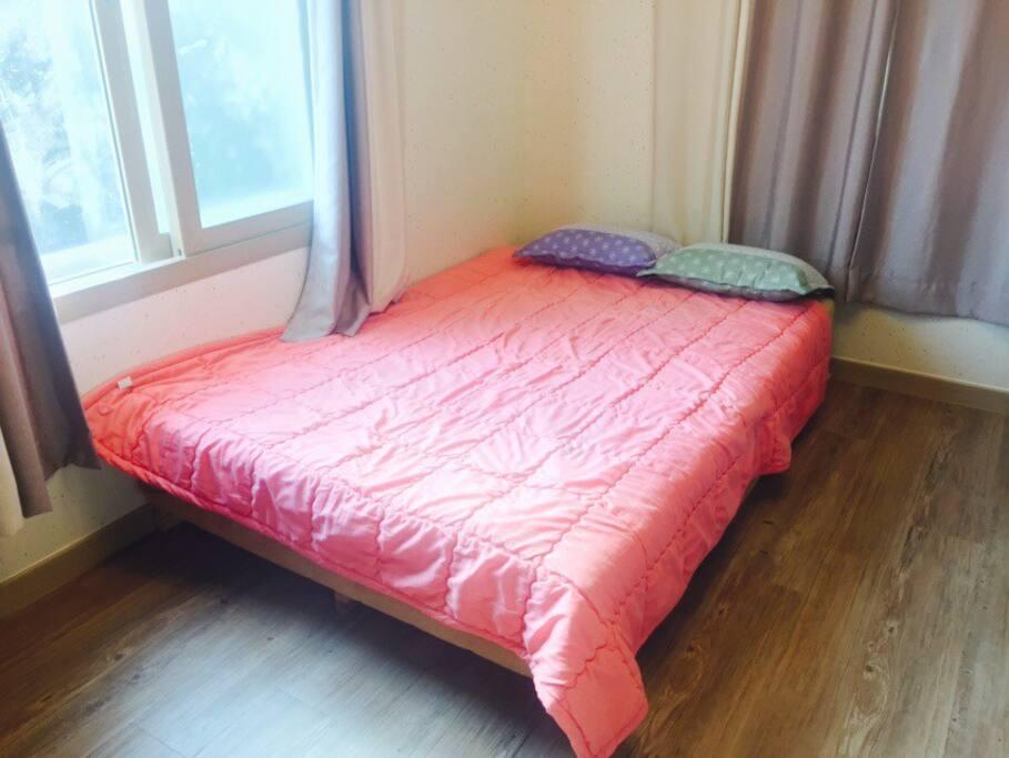 아침 햇살 비치는 침실