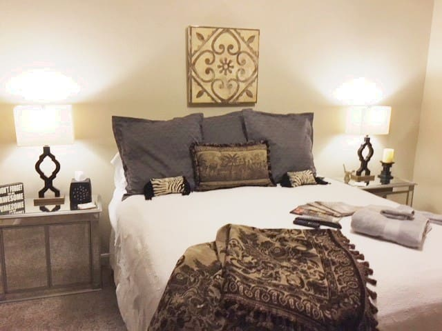 King Bed w/Private En Suite Bath in Round Rock