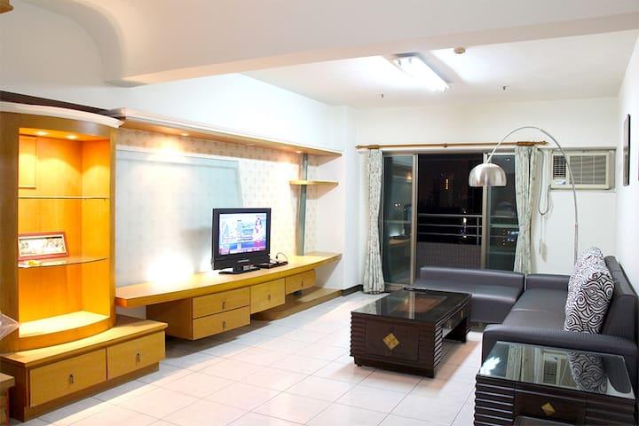 高雄三多商圈溫馨、無敵海景家庭住宿、世貿正對面(三房二廳二衛浴22F) - Lingya District - Appartement