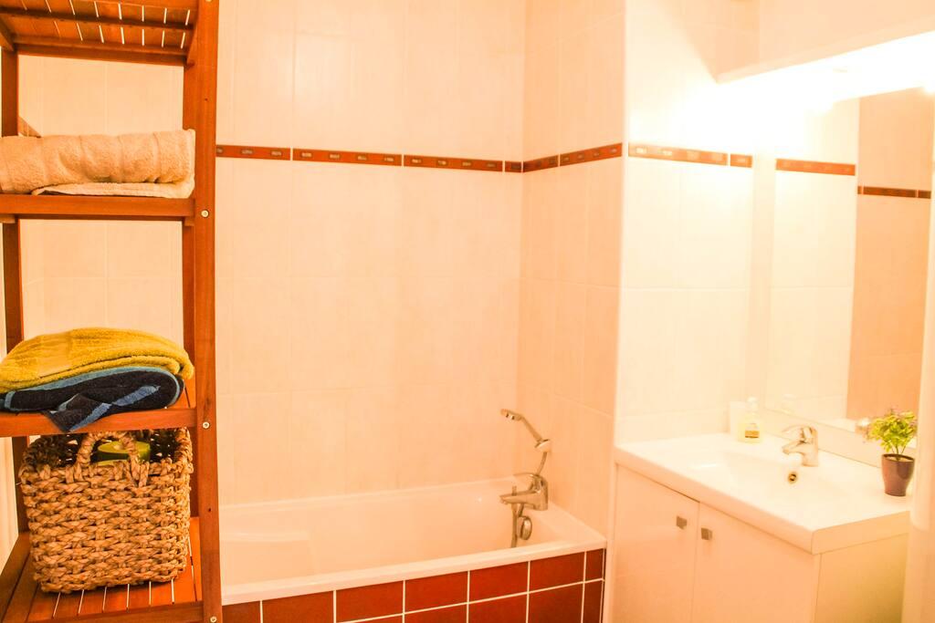 Salle de bain confortable et prope