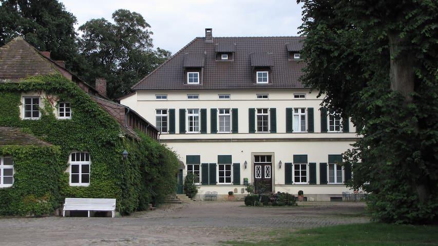 Schöne Wohnung auf historischem Gutshof im Grünen - Petershagen - Casa de férias