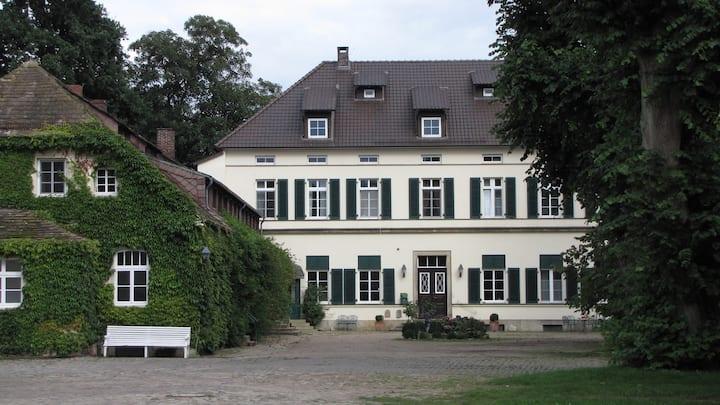 Schöne Wohnung auf historischem Gutshof im Grünen