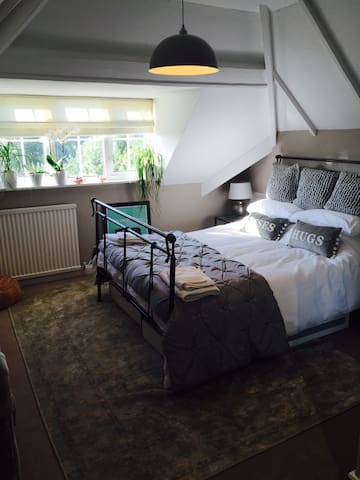 Large Double Room -King Size bed! - Desford - House