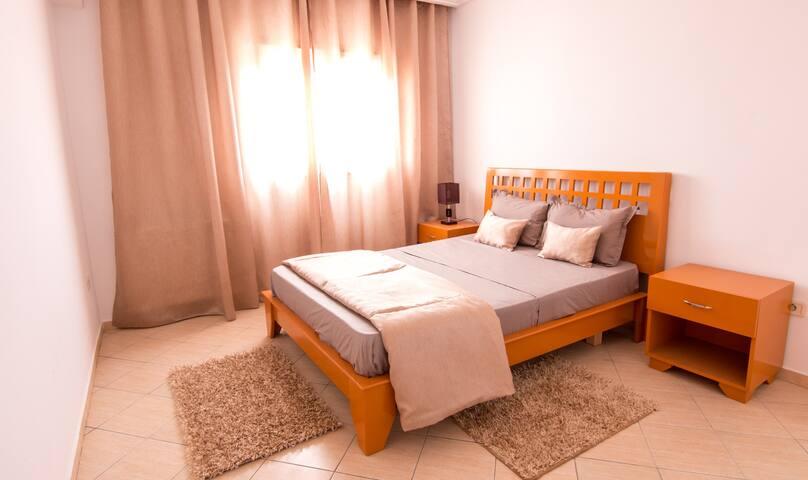 Chambre à coucher avec commode