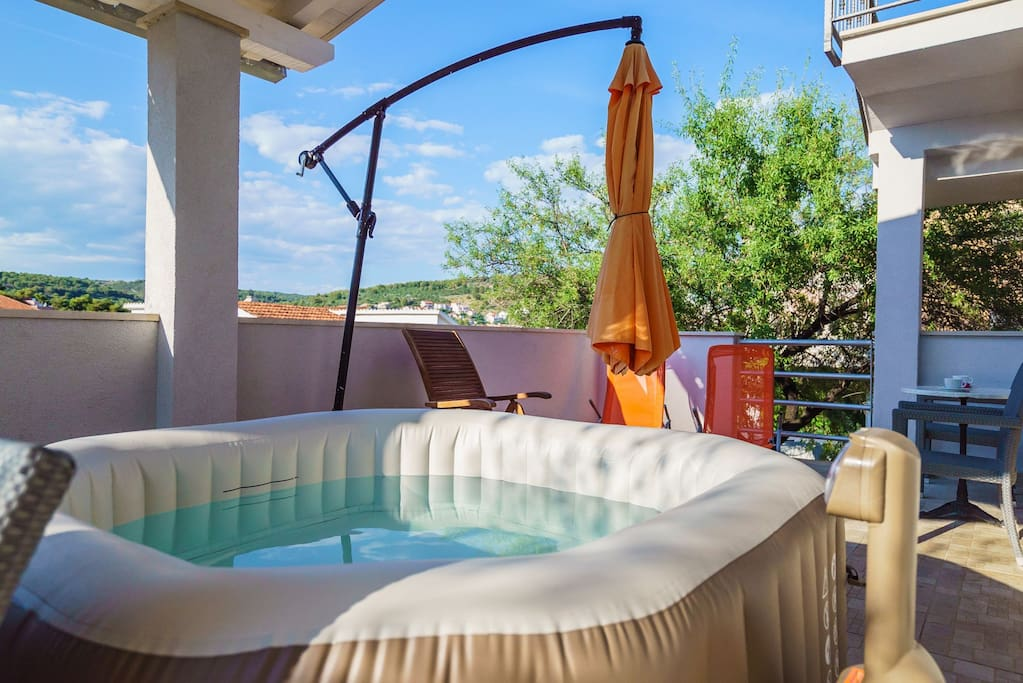 30 sqm terrace with spa jacuzzi, parasol, beach loungers and dining table