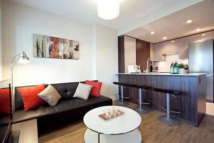 Amazing 2BR Condo Downtown Vancouver+ Parking+View