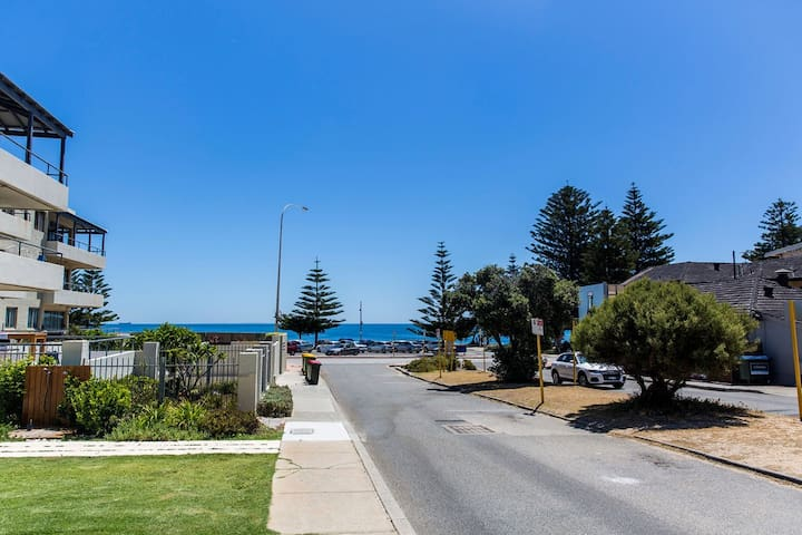 Location! Location! 1 min to Cottesloe Beach