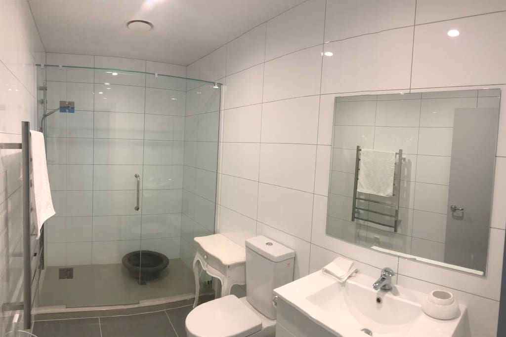 Tidy and clean bathroom