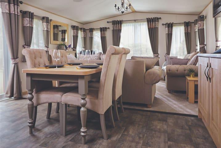 Lakefront Lodge 3 bedroom - Platinum Grade