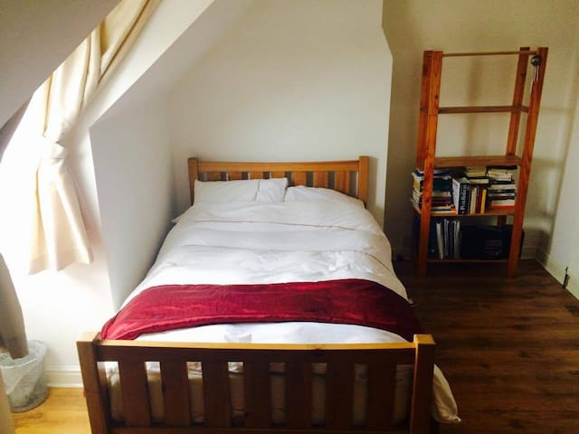 Generous double room on private floor, Leek - Leek - House