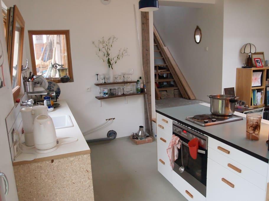 cuisine avec grand four - frigo et congélateur - cafetière - micro-ondes